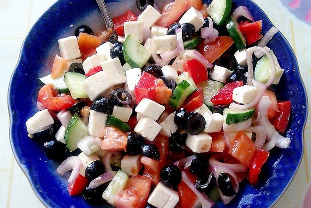 Греческий салат с плавленым сыром