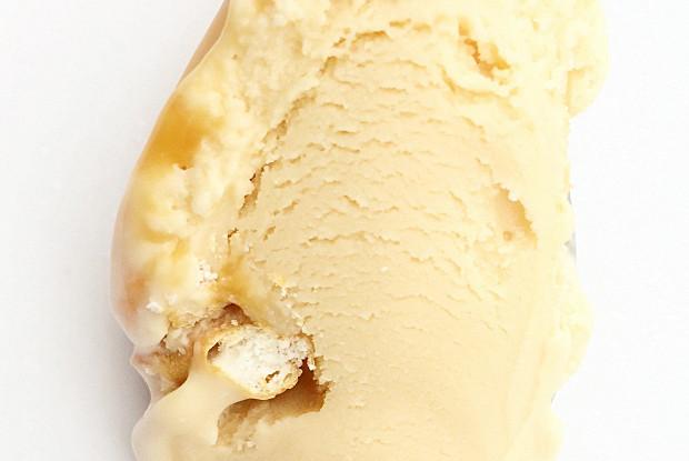 Карамельное мороженое с солеными претцелями и карамельной прослойкой