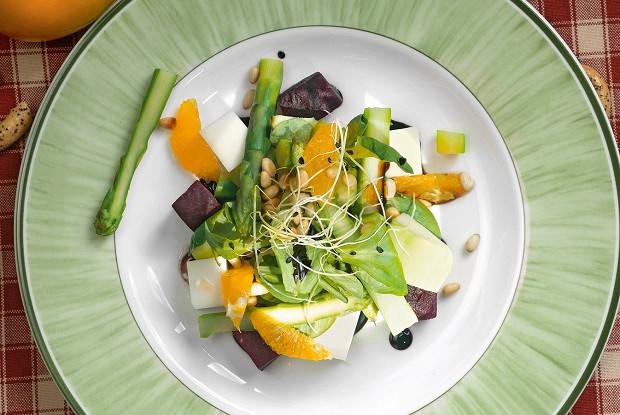 Салат из спаржи с козьим сыром