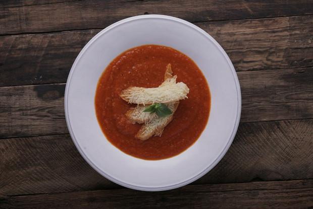 Крем-суп из печеных помидоров с теплым кусочком хлеба и пекорино
