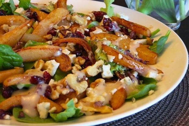 Салат с яблоками и сыром с плесенью