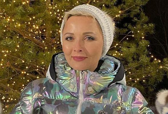 Дарья Повереннова устроила дефиле впальто цвета мхаистильных очках