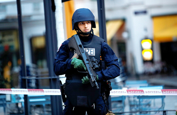 Боец MMAспас полицейского вовремя теракта вВене