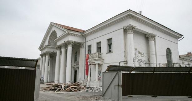 Водворе кинотеатра «Победа» вВолгограде обновят летнюю террасу