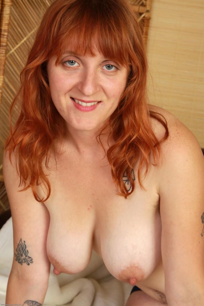Massage loving redhead gives dicksuck