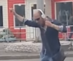Уральский Челентано: всети набирает популярность видео счелябинским водителем трамвая, танцующим наулице